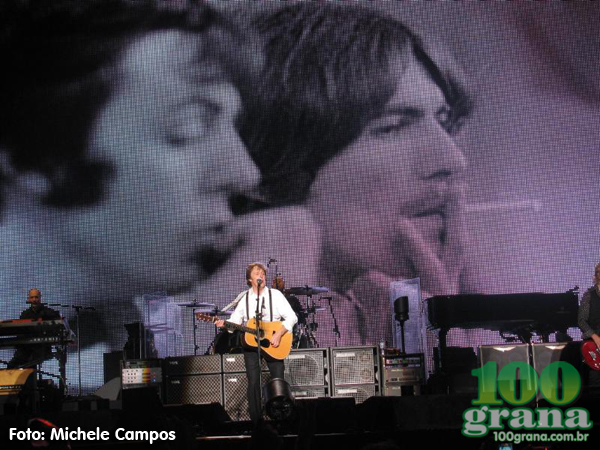 Paul na hora da homenagem a George Harrison, cantando Something