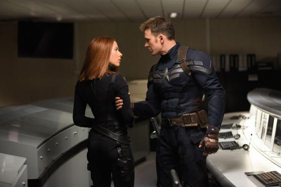 Nessa foto, temos uma tensão entre Steve e Natasha. Pode ser que eu esteja me antecipando demais, mas a foto parece ilustrar que o capitão vai bater de frente com as ordens que recebe da S.H.I.E.L.D., algo que já fica claro no primeiro trailer