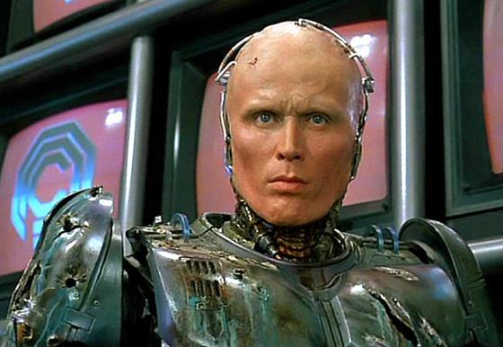 Ainda falando em maquiagem. Lembro até hoje o quanto era impactante ver a cara do Robocop. A impressão daquele rosto deformado se misturando a um crânco de metal.